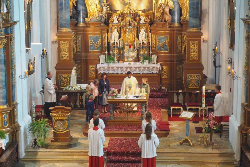 Kirchweihgottesdienst mit Kindern um den Altar