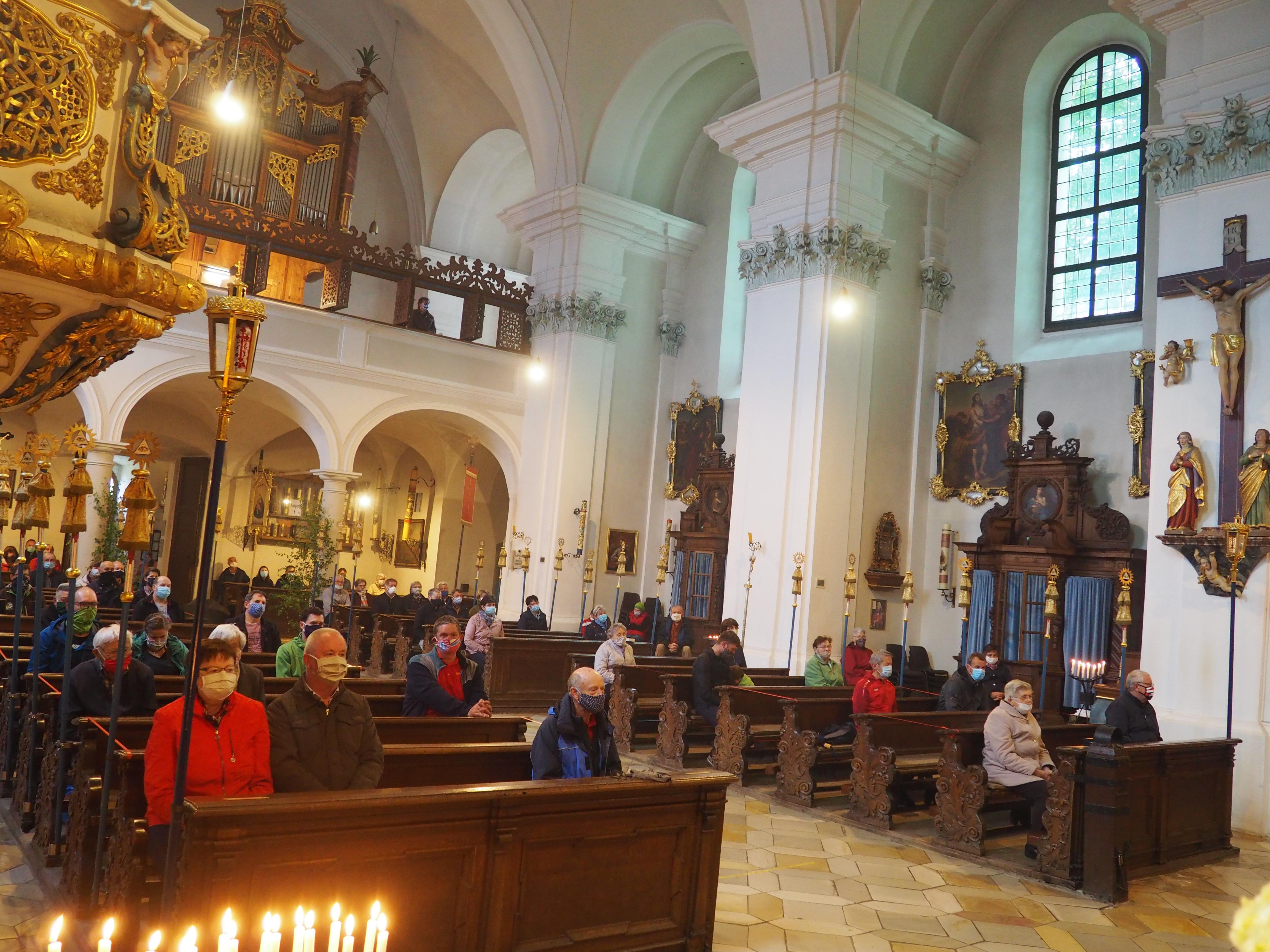 Voll besetzte Kirche zu Corona-Zeiten